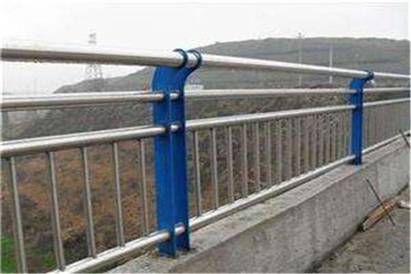 销售运动场不锈钢复合管护栏,Q345不锈钢护栏价格一览表
